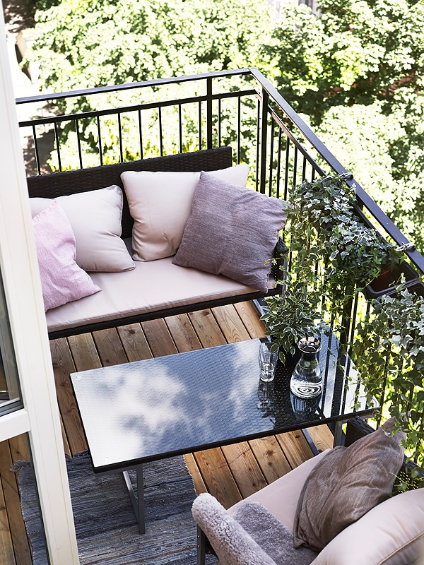 Er vild med de små lette sofaer, der passer præcis på en lille altan. Og at man tager stuens bløde stol med ud i solskinnet