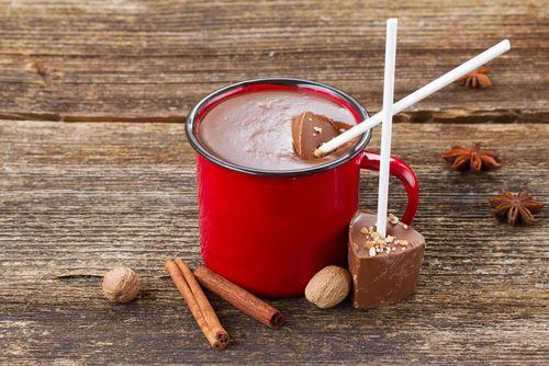 Nadcházející chladné měsíce vyzývají ktomu, abychom nasadili teplé ponožky, uvařili si čaj, svařák nebo horkou čokoládu a relaxovali. Jednoduchý a originální návod na horkou čokoládu, kterou můžete využít také jako milý dárek, najdete vnásledujících řádcích.