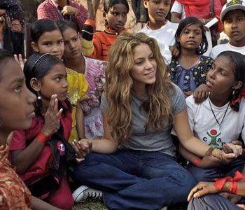 -Fundación Pies Descalzos Shakira crea la Fundación tras su primer éxito internacional y le da el mismo nombre a su proyecto filantrópico, nacido de sus recuerdos cuando conoció las condiciones de pobreza .Shakira fue nombrada Embajadora de buena voluntad de UNICEF.La Fundación inició su trabajo en un programa masivo de nutrición para los niños y niñas de las zonas marginadas y de comunidades desplazadas en Colombia.