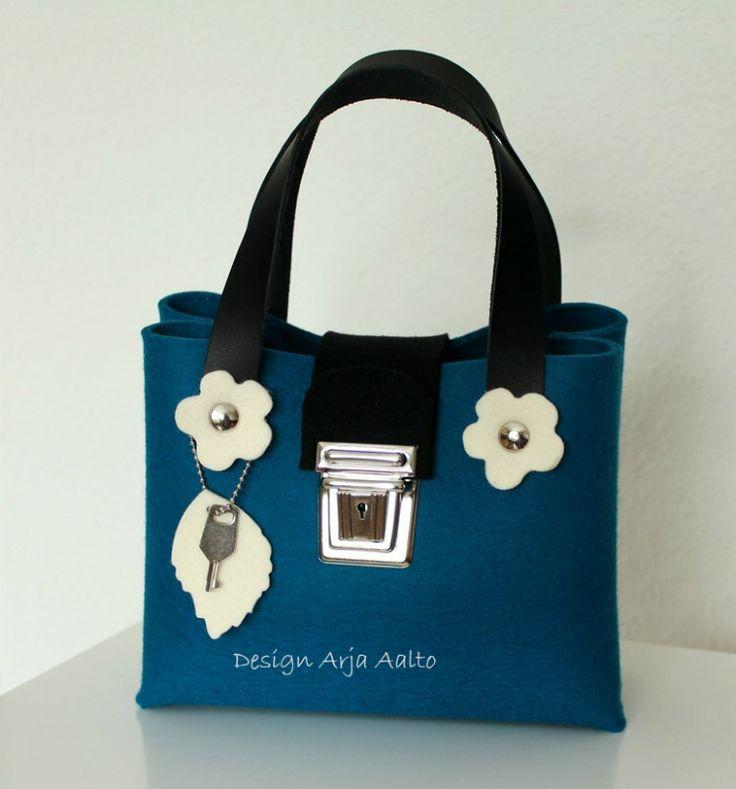 Flower purse. 100% wool felt. Petrol blue.