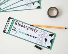 Die richtige Einladung zur Fußballparty darf für den Motto Fußball Kindergeburtstag nicht fehlen. Ein Fußballgeburtstag ist für keine Kickerfans ein echtes Highlight. Den Download findest du im Shop www.limmaland.com // soccer party invitation