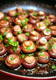 Champignons met rode wijn en knoflook
