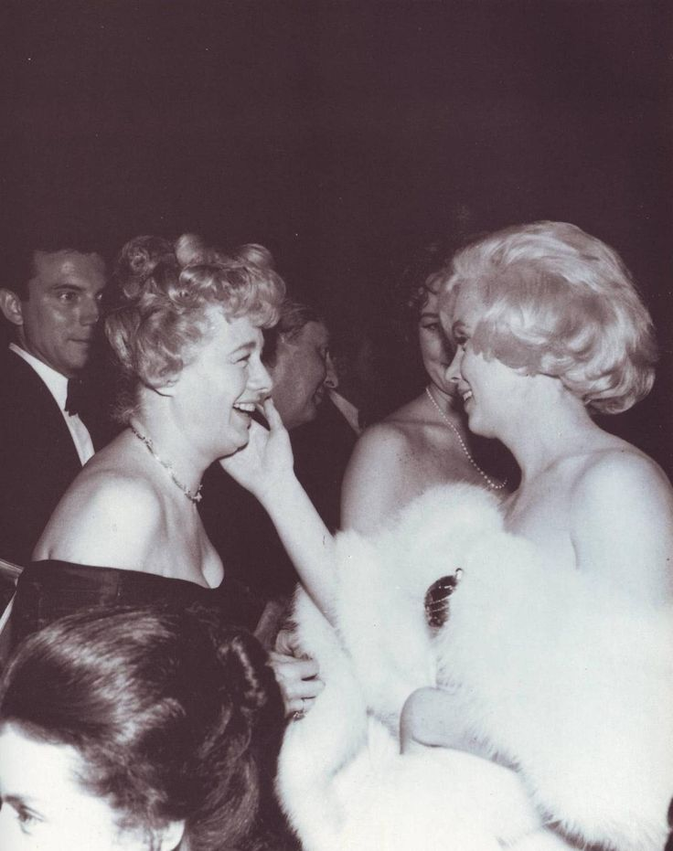 """marilynmonroeahiddentalent:  """"Shelley Winters and Marilyn Monroe at the Golden Globes Awards, March 8, 1960.  """""""