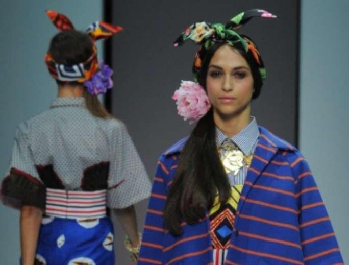 Stella Jean coda con foulard e fiore al lato