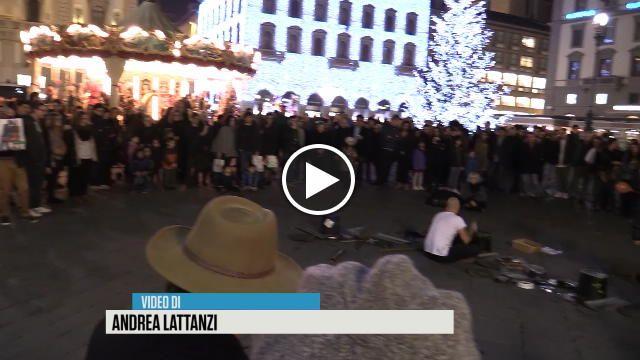 Una performance estemporanea di musica techno durata circa venti minuti. Dario Rossi, compositore di musica elettronica ed artista di strada, si...