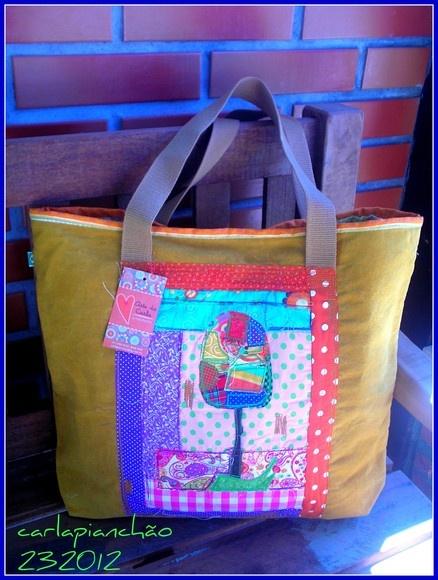 Bolsa de lona lavada, com trabalho de patchwork na frente da bolsa, em tecidos nacionais e importados. Forrada e com bolso interno. R$150,00