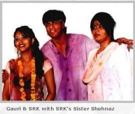 SRK with Gauri and sister Shehnaz