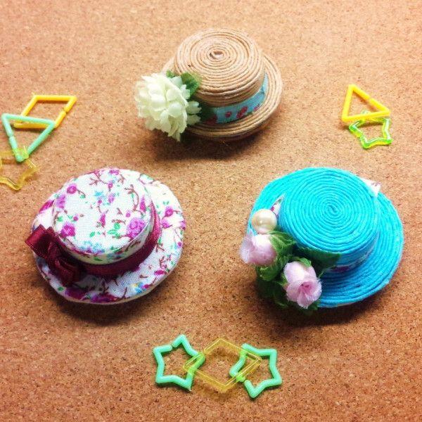 ペットボトルのキャップと、段ボールをベースにおしゃれなブローチを作りました☆ カラーを変えたり、飾りを変えたり、種類は無限大!! うしろを安全ピンの他に、マグネットシートにすれば磁石に。ピンをつければ髪飾りにもなりますよ~!