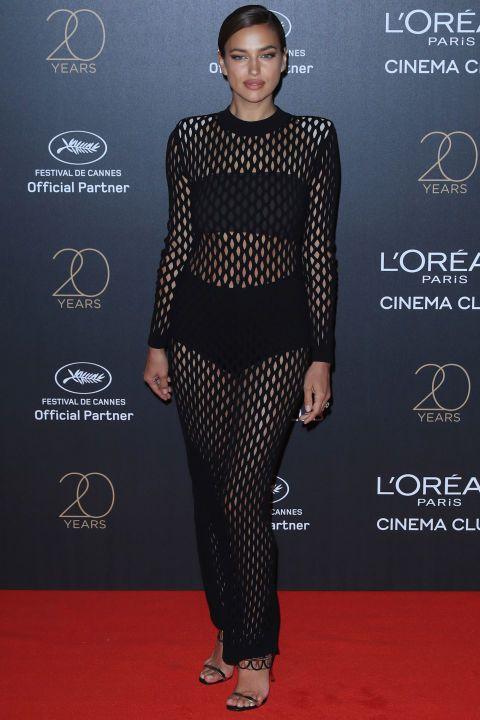 Irina Shayk, Cannes'daki L'Oréal Paris partisi için siyah bir örgü elbise giydi .