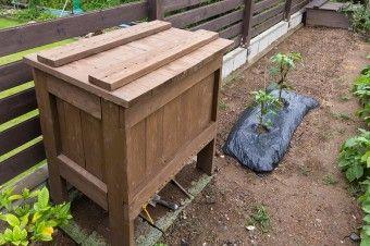 アカシマミミズを用いて生ゴミを堆肥化するミミズコンポスト。分解された土を畑に還元してい COMPOSTERA