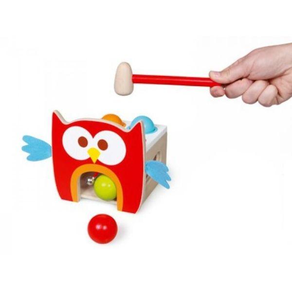 Pro malé kutily  Součástí hračky je malé dřevěné kladívko a čtyři barevné koule. Děti dřevěným kladívkem zatlučou kouli do dírky u a ta pak