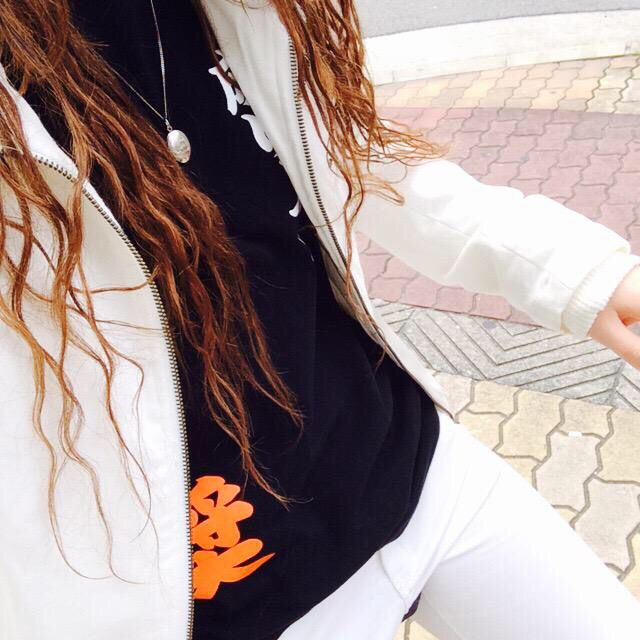 白のアウター 黒のTシャツ 白のスキニー