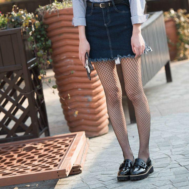 Outfits primavera #LOOKS #MEDIASREJILLA mocasines y falda medias de rejilla