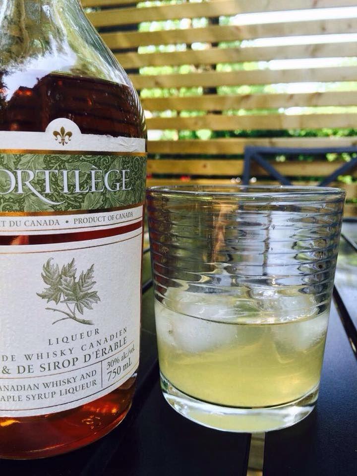 Le Sortilège XKI Glace, 1,5 oz de sortilège (liqueur de whisky et d'érable ), le jus de 1/2 citron, allongé d'eau gazeuse au goût (on aime bien mettre 3 oz) . À la bonne vôtre! #cocktail #boirelocal #érable