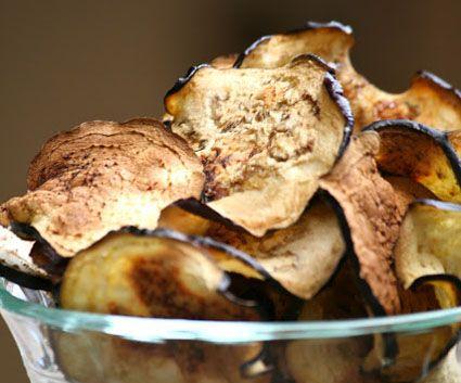 Las chips de berenjenas son una opción sana, para un aperitivo, la guarnición de un plato de carne y pescado, o simplemente para mojar con una buena salsa a tu gusto … ideal para vegetarianos…
