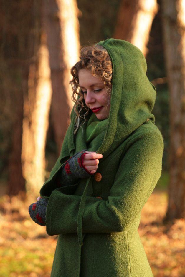 Langer Walkmantel mit Kapuze in Grün, sehr bequem und zeitlos / green coat made of wool made by Basia Kollek via DaWanda.com