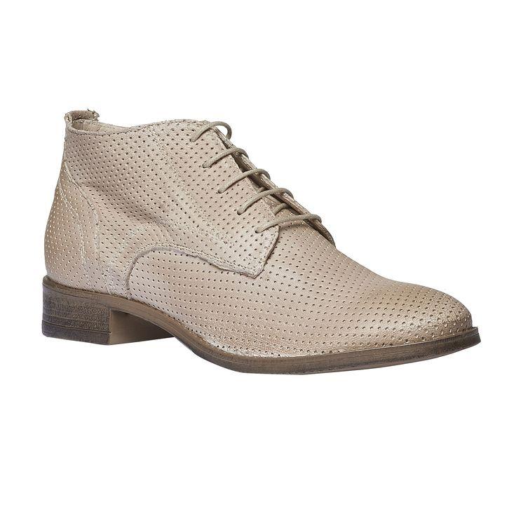 Kožené kotníkové boty mají originální perforovaný design a krémový odstín, který se skvěle hodí pro jarní období. Decentní šněrování ladí s odstínem svršku stejně jako hnědá podešev. Noste je do práce k sukni nebo na volný čas k úzkým džínům. Podtrhnou váš rafinovaný pánský styl.