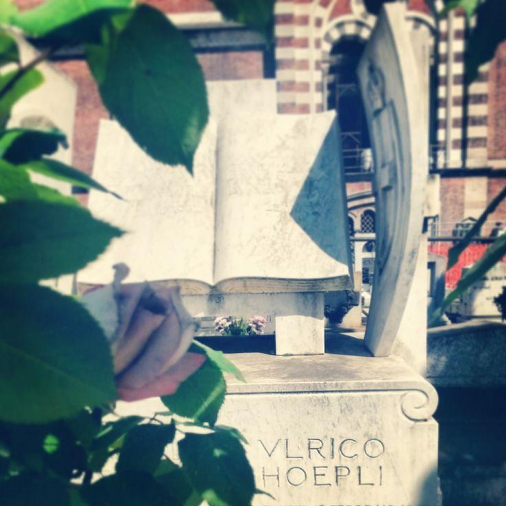 Un libro aperto con stemmi della Svizzera e del Comune di Milano dello scultore Adolfo Wildt ricorda Ulrico Hoepli (1847-1935), fondatore dell'omonima casa editrice.