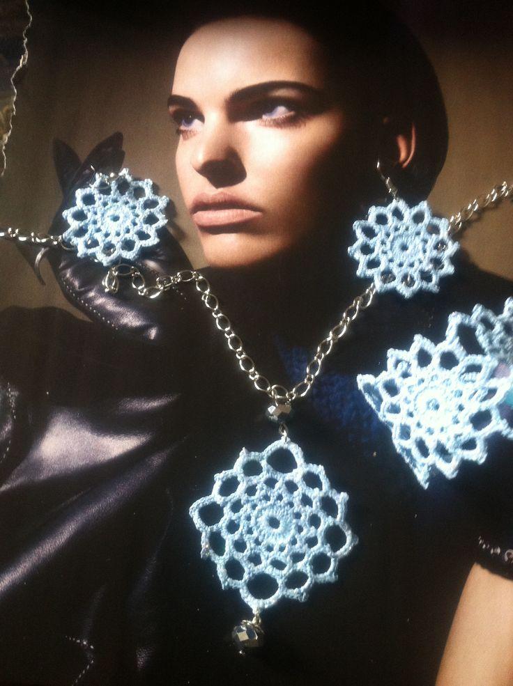 gioielli all'uncinetto,dipinti a mano nei toni del turchese,con glitter trasparenti e vetrificati.a forma di fiore,con collana con catena argentata e pendente mezzocristallo