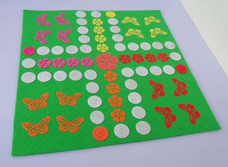Člověče,+nezlob+se+-+motýlci+Velmi+oblíbená+hra+vyrobena+z+filcu,+základ+je+z+3mm+plsti,+na+něm+jsou+připevněny+filcové+aplikace.+Herní+deska+je+velká+27x27+cm.+Hra+obsahuje+4ks+plastových+pajduláků+z+každé+barvy+z+herní+desky+(16+ks)+a+2ks+bílých+kostek+dodávané+v+pytlíčku.