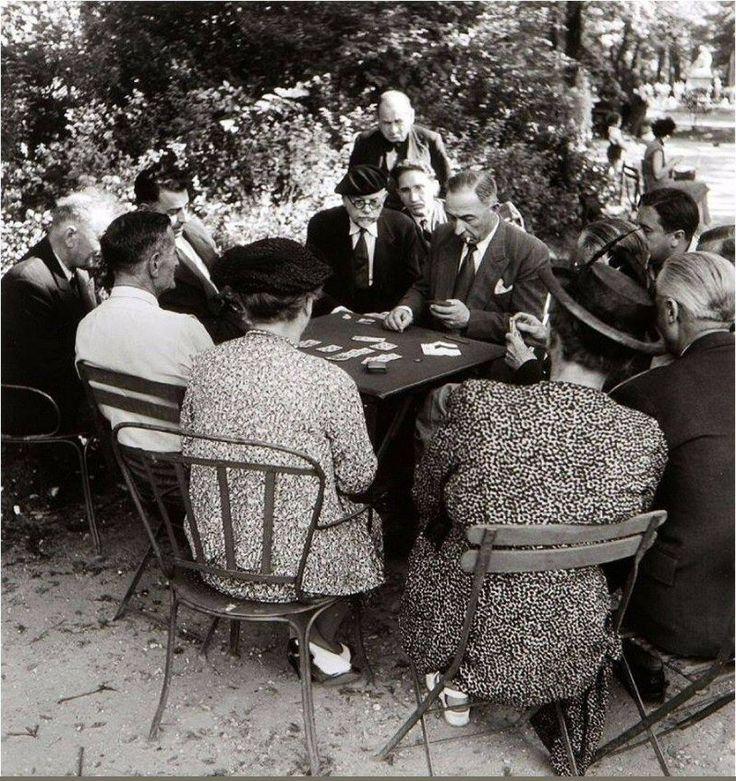 """""""Jeux de carte au jardin du Luxembourg""""... Une photo de © Willy Ronis, Paris, 1950  (Paris 6ème)"""