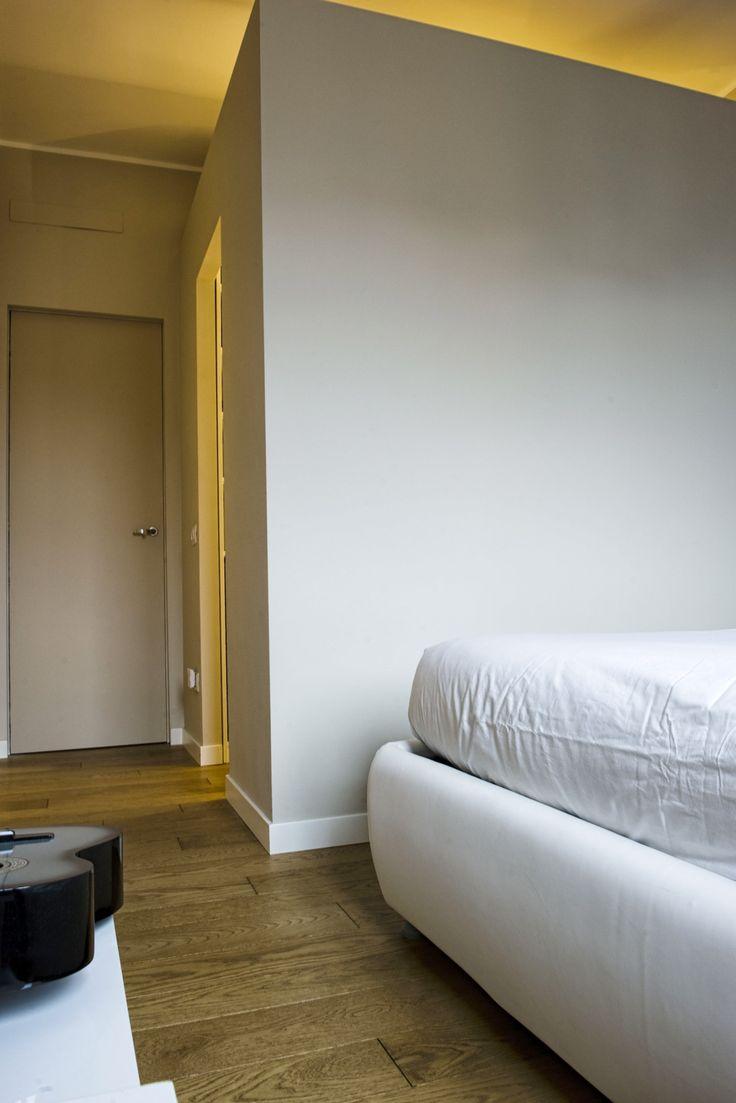 In una palazzina degli anni Cinquanta, un bilocale di taglio tradizionale è stato riprogettato per diventare una mini casa perfettamente vivibile.