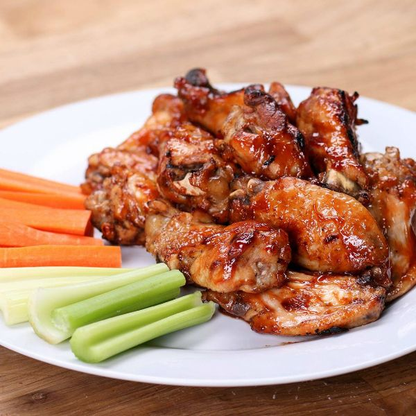 Куриные крылышки в «Кока–коле» (Кэлэ Цзи Чи) — блюдо современной китайской кухни, которое стало популярным в стране с середины 80-х. Существует версия, что блюдо появилось в одном из ресторанов в гор…