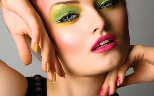 Kahverengi gözlere, ela gözlere ve yeşil gözlere sahipseniz ve açık tenli iseniz, yeşil farları kullanarak daha fresh daha etkileyici görünebilirsiniz