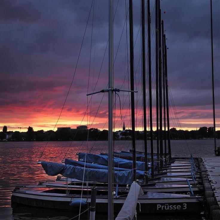 ...22Uhr an meinem Lieblingsplatz... #hamburg #streetphotography #sailing #segeln #clouds #sky #alster #skyline #urban #urbanromantix #welovehh #040 #igershamburg #wirsindhamburg #ahoi #weshowhh #wearehamburg #nofilter #heimatstadt #alster #hhexp #imxplorer #bestgermanypics #ig_today #sunset www.porip.de