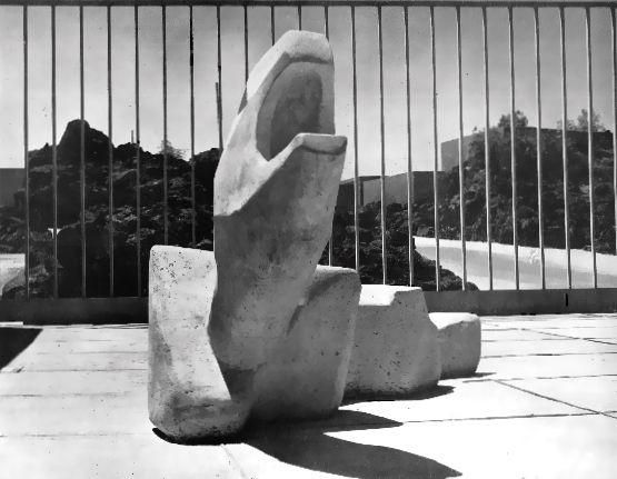 'El animal' por Mathias Goeritz, Plaza de Las Fuentes, Jardines del Pedregal, México DF 1949. Foto. Armando Salas Portugal.
