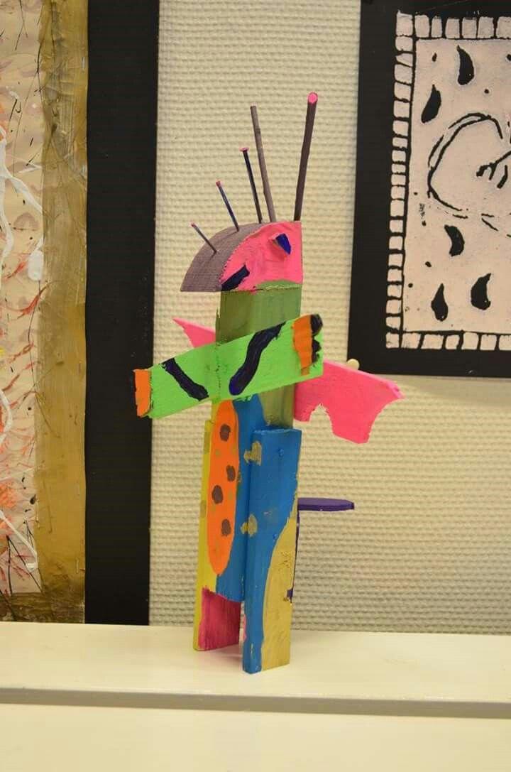 Kunst met resthout door het kinderatelier. Felle kleuren, cobra- stijl!