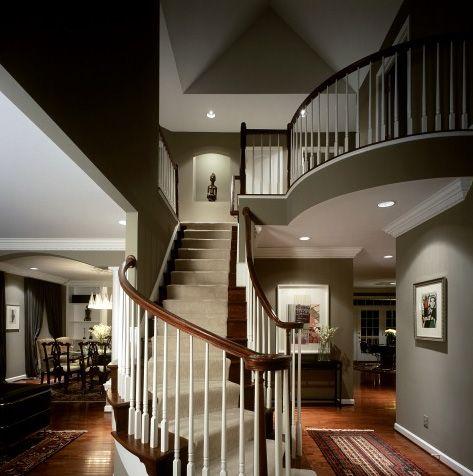 wel een beetje donker, maar mooie trappenhuis.