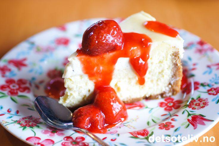 Nydelig, amerikansk ostekake med deilig smak av ekte vanilje. Jordbærsausen serveres ved siden av og kan lages med enten friske eller frosne jordbær.