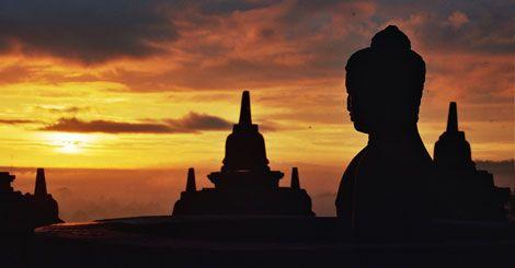 De Borobudur in Centraal-Java is het grootste boeddhistische heiligdom ter wereld. De indrukwekkende tempel ligt ongeveer veertig kilometer ten noordwesten van de stad Yogyakarta. Met een omtrek van vijf kilometer en een steenoppervlak van ruim 60.000 km2 is het complex ook een van de grootste monumenten van de wereld.