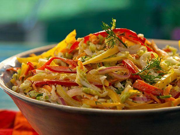 A salada de repolho chinês além de leve é deliciosa para um almoço de Segunda-feira. Chef: Bobby Flay
