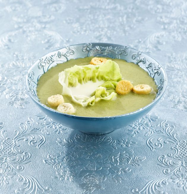 bereiden: Smelt boter en roer de bloem erdoor. Blijf roeren tot je een roux krijgt. Giet er beetje bij beetje de melk en de groentebouillon bij en roer tot het licht gebonden is. Breng aan de kook en doe de sla erbij. Dek af en laat 20 minuten verder koken. Mix de soep fijn en breng op smaak met peper en zout.serveren:Giet in kommetjes, leg er een blaadje sla in en vul dit met een eetlepel room. Strooi er wat broodcroutons over.