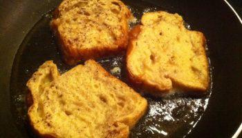 Wentelteefjes van suikerbrood met gebakken appel