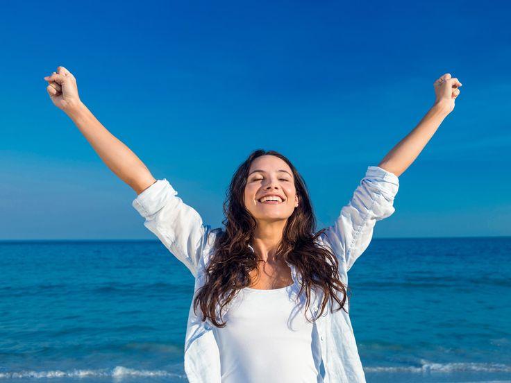 Gli studi sulla felicità dimostrano che non è l'essere belli, ricchi o famosi che ci rende felici. E (shock!) non è nemmeno l'amare o l'essere amati.