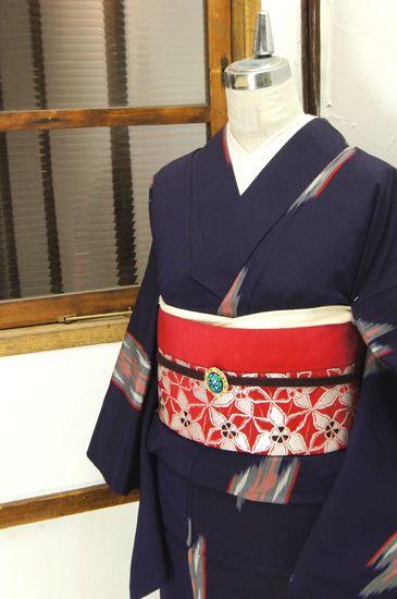 濃紺色地に細やかなストライプで形作られた井筒絣のモチーフが浮かぶレトロモダンな御召調の単着物です。 #kimono