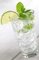 """suite Ajoutez le sirop saveur rhum et le sirop de mojito, quelques glaçons ou de la glace pilée. Mélangez et complétez avec de l'eau gazeuse. Touillez légèrement et servez. • Servir dans un verre de type """"tumbler"""".    Lire la suite: http://www.1001cocktails.com/cocktails/4254/recette-cocktail-virgin-mojito.html"""