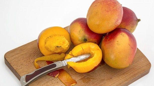 1 ks, mango, 1 kelímek, bílý jogurt, 100 ml, kokosové mléko. kokosové hoblinky dle potřeby Větší zralé mango oloupejte nakrájejte na kousíčky. Mango vložte do mixéru, dohladka rozmixujte. Postupně přidávejte jogurt a kokosové mléko, dle chuti a vše dohladka mixujte.Z kokosu vytvoříte hoblinky obyčejnou škrabkou na brambory - použít je můžete na dozdobení. Mělo by vám to vyjít asi na 4 dcl - takové 2 střední skleničky.