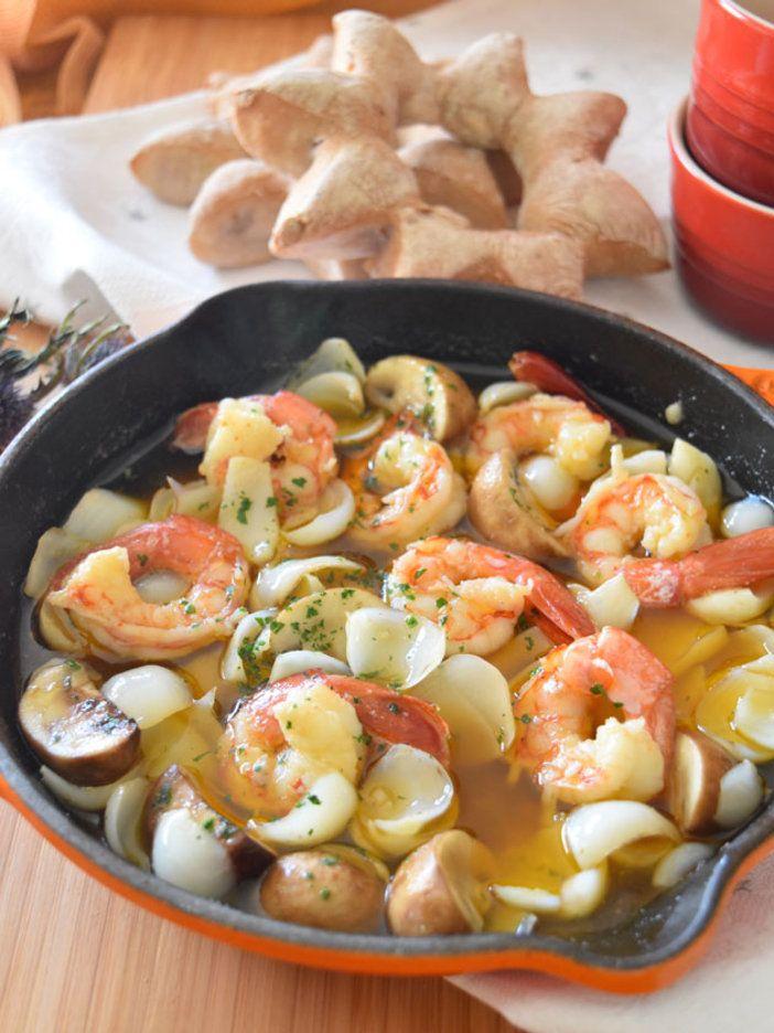 アヒージョを食べ終わったあとは、旨みと香りがたっぷりしみ出たオリーブオイルを、パンに付けて残さず味わって。  |『ELLE gourmet(エル・グルメ)』はおしゃれで簡単なレシピが満載!
