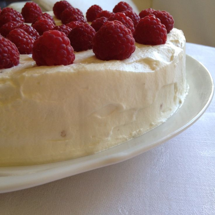 Bolo de noz e amêndoa, com chantilly e framboesas / Walnuts and Almond cake with chantilly and raspberries