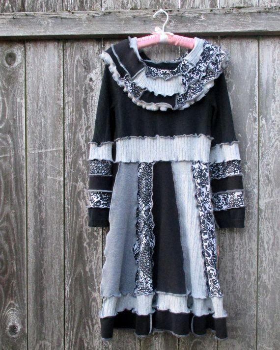 Pull coton upcycled robe fabriqués à la main de chandails recyclés. Gris noir et blanc. Ceinture confortable. Hérissé de cou capot de patchwork.