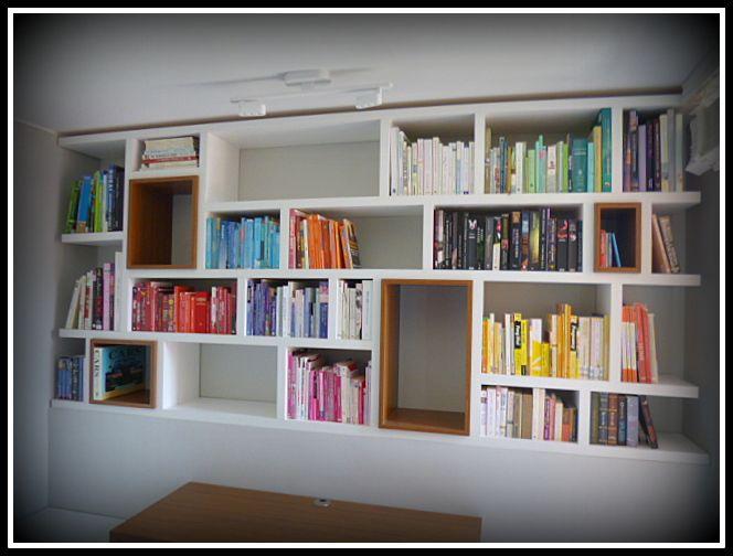 Biblioteca asimétrica con detalles de dos tonos de colores