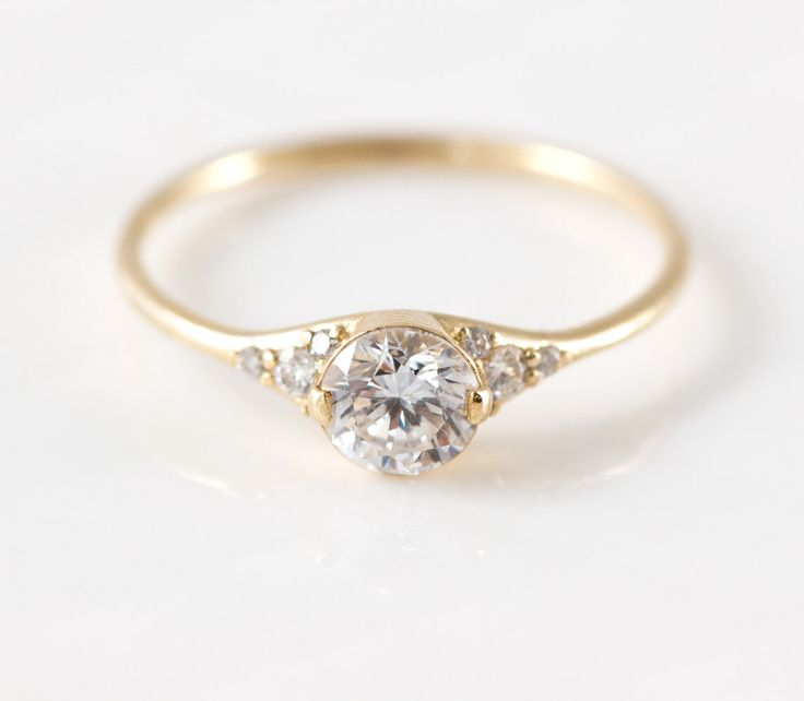 Frauenschuh-Diamant-Verlobungsring / / zarte Diamantring mit Diamanten Seite / 14k Gelb Gold halbes Karat Diamanten Ring / zarte Ring von MelanieCaseyJewelry auf Etsy https://www.etsy.com/de/listing/280512548/frauenschuh-diamant-verlobungsring-zarte