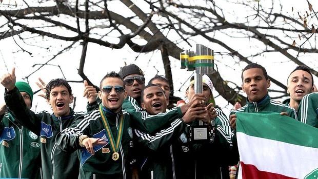 Palmeirenses festejam em trio elétrico.