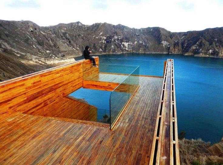 Смотровая площадка над бирюзовым вулканическим озером (Эквадор)