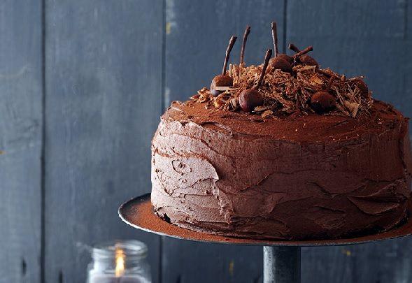 Neem de tijd om deze hemelse chocoladetaart met kersen te maken en word rijkelijk beloond! Maak indruk op vrienden en familie, want deze taart smaakt niet alleen verrukkelijk maar ziet er ook fantastisch uit! Ook lekker: cheesecake met citroen en frambozen! kersen-chococrèmetaart nagerecht | 12 personen 2 potten zwarte kersen op siroop (à 370 ml)...