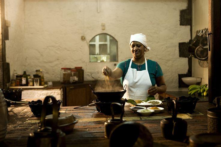 Cuisinière mauricienne à l'oeuvre / Mauritian cook #mauritius #memoris #sharingmemoris